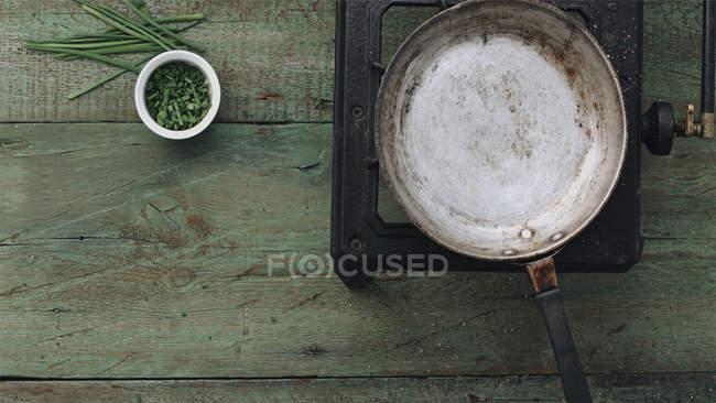 Сковорода на деревенской печи — стоковое фото