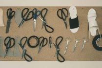 Vista superior de varias herramientas y tijeras en taller zapatero - foto de stock