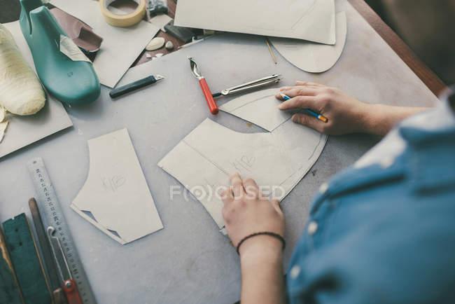 Tiro cortado de sapateiro de meia idade rastreando couro para sapatos na oficina — Fotografia de Stock