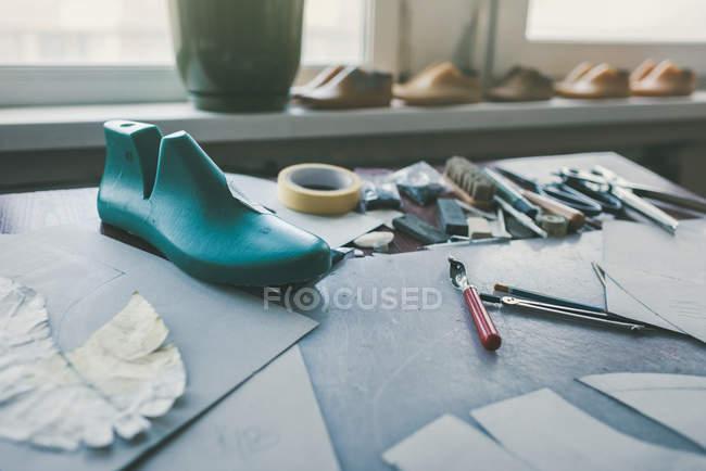 Diferentes ferramentas e sapato última no local de trabalho sapateiro — Fotografia de Stock