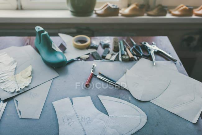Várias ferramentas e sapato último no local de trabalho sapateiro — Fotografia de Stock