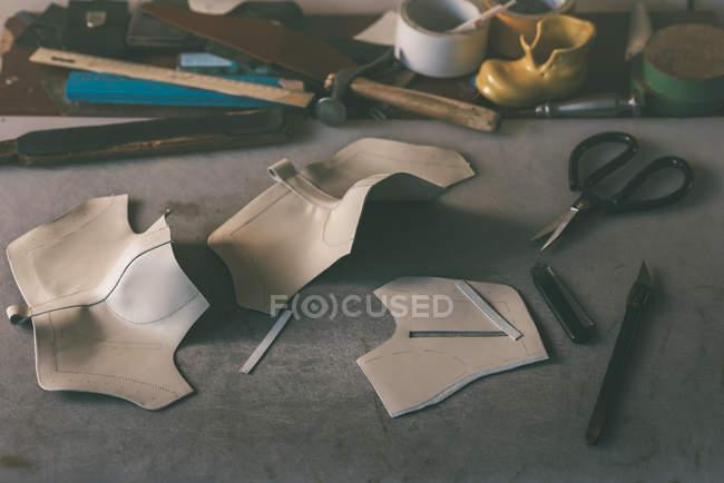 Folhas de couro para sapatos no local de trabalho na loja de sapateiros — Fotografia de Stock