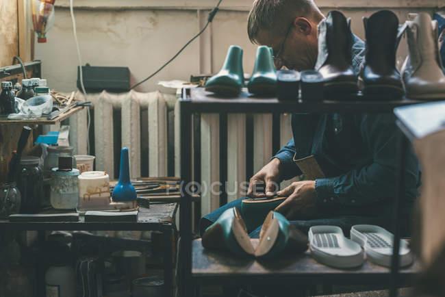 Досвідчений шевця створення взуття в майстерні — стокове фото