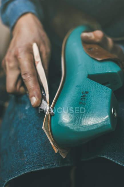 Tiro cortado de material de corte sapateiro com faca ao tamanho da amostra de pé — Fotografia de Stock