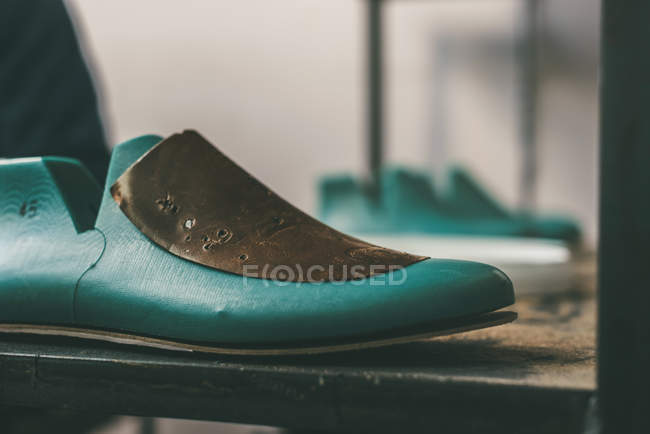 Close-up tiro de sapato última na loja de sapateiro — Fotografia de Stock