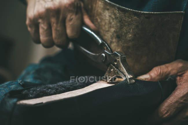 Tiro cortado de sapateiro pooling em couro no sapato com alicate — Fotografia de Stock