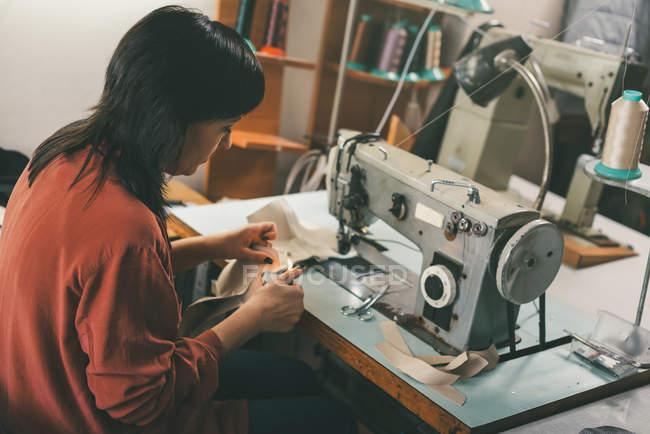 Зрілі дослідної швачки роботи з електричної машини швейні — стокове фото