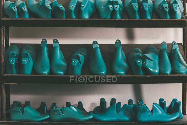 Linhas de vários sapatos duram em prateleiras — Fotografia de Stock