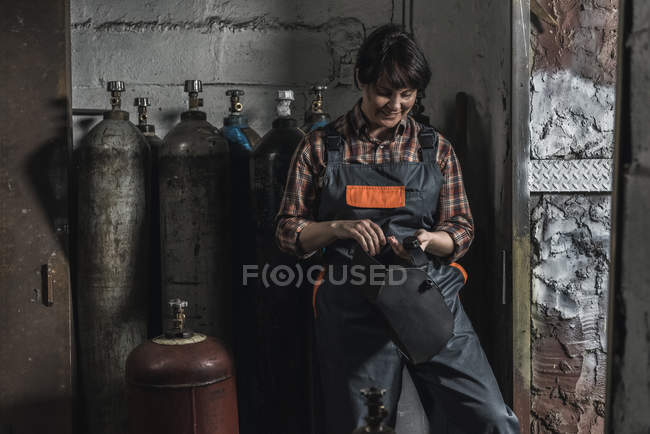 Travailleuse manuelle se préparer avant le travail en atelier — Photo de stock