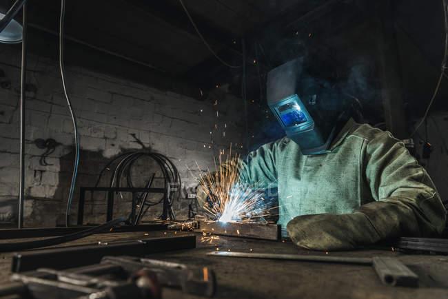 Ручний працівник в захисний, каску з роботи в майстерні факел зварювання — стокове фото