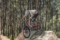 Велосипед на треке в лесу — стоковое фото