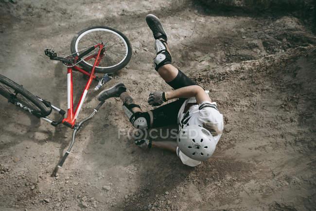 Велосипедист падает с велосипеда в шлеме — стоковое фото