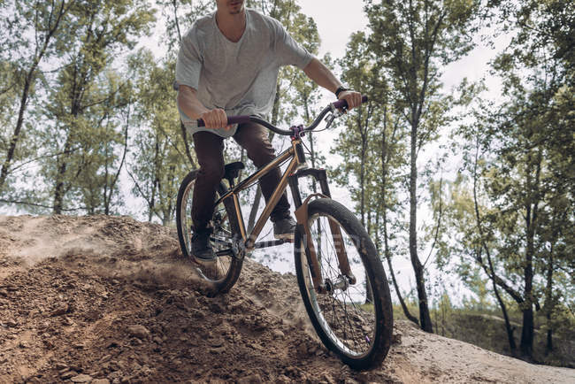 Immagine ritagliata del corridore in mountain bike — Foto stock