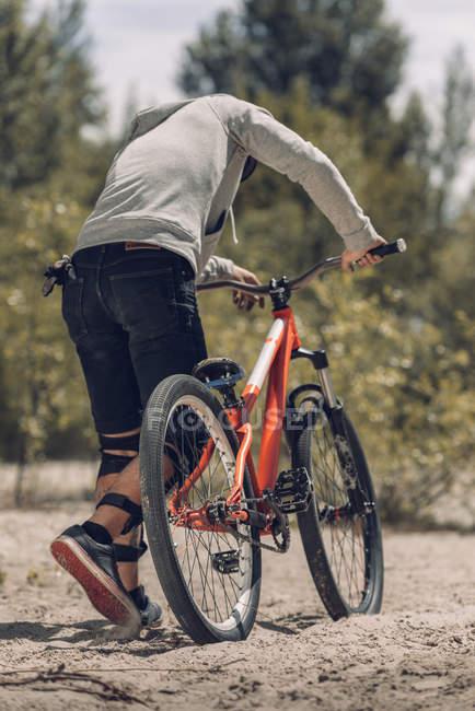 Rückansicht Biker mit Mountainbike — Stockfoto