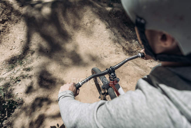 Вид сверху на велосипед велосипедиста — стоковое фото