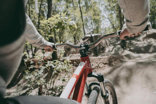 Immagine ritagliata di ciclista in bicicletta nella foresta — Foto stock